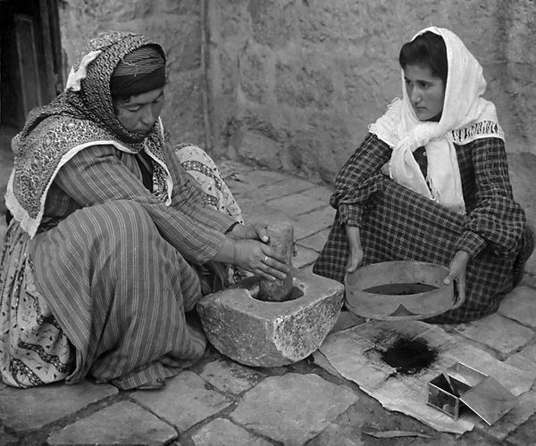 600px-Palestinian_women_grinding_coffee_beans1